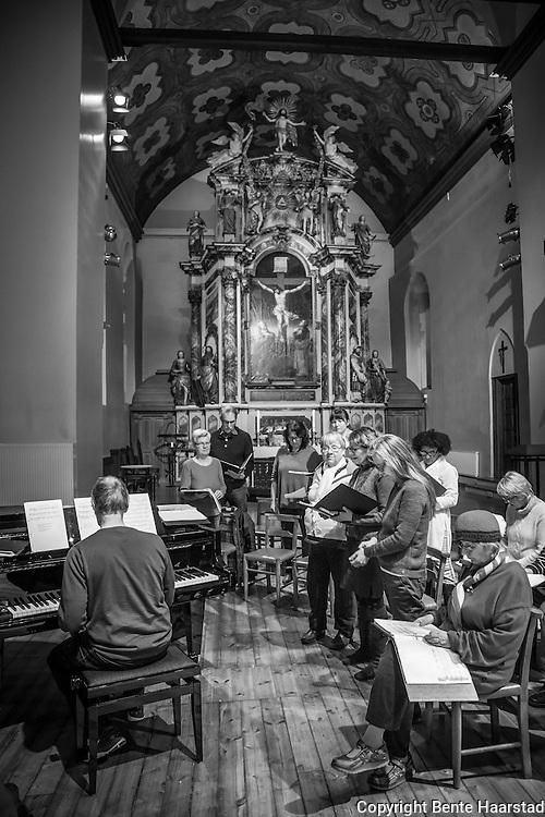 Korøving i koret Liv Laga, som er et åpent kor i Vår Frue kirke. Kirken er Åpen kirke i regi av Bymisjonen i Trondheim. Ved pianoet, Jan Tryman som var dirigent for koret under denne øvingen.