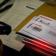 Portalettere al lavoro per lo smistamento e consegna della poste.