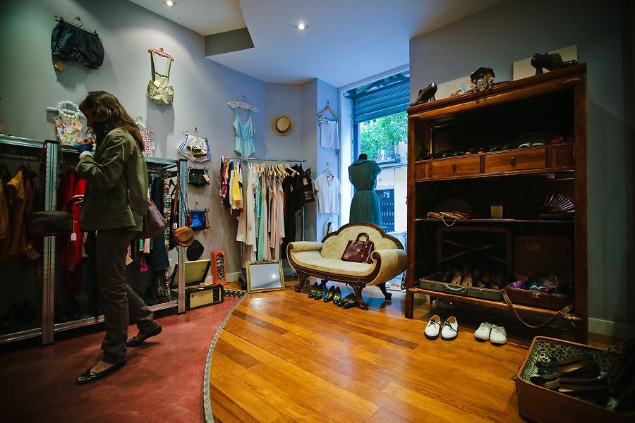 La moda retro es una razón para irse de compras en Malasaña. La tienda Magpie, en calle Velaverde, tiene ropas y accesorios vintage.