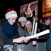 NLD/ENSCHEDE/20121224 - SERIOUS REQUEST DAG 7 EINDSTAND - publiek op het van Heek plein
