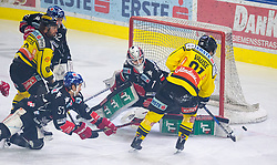 20.03.2018, Tiroler Wasserkraft Arena, Innsbruck, AUT, EBEL, HC TWK Innsbruck  die Haie vs Vienna Capitals, Playoff Viertelfinale, 6. Spiel, im Bild das Tor zum 0:1 durch Taylor Vause  (Vienna Capitals) // during the Erste Bank Erste Bank Icehockey 6th round quarterfinal playoff match between HC TWK Innsbruck  die Haie and Vienna Capitals at the Tiroler Wasserkraft Arena in Innsbruck, Austria on 2018/03/20. EXPA Pictures © 2018, PhotoCredit: EXPA/ Jakob Gruber