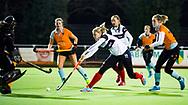 HUIZEN - hoofdklasse competitie dames, Huizen-Groningen .  Lara Kok (Huizen) stuit op keeper Jantien Gunter (Gron.) COPYRIGHT KOEN SUYK