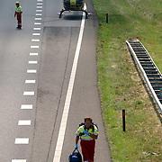 NLD/Blaricum/20050711 - Gekantelde vrachtwagen met gewonde chauffeur snelweg A27 ter hoogte Blaricum, traumaheli land op de snelweg, arts.helicopter