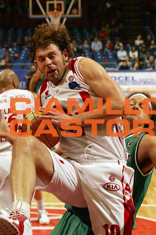 DESCRIZIONE : Milano Campionato Italiano Lega A1 2005-06 Armani Jeans Milano Montepaschi Siena<br /> GIOCATORE : Galanda<br /> SQUADRA : Armani Jeans Milano<br /> EVENTO : Campionato Lega A1 2005-2006<br /> GARA : Armani Jeans Milano Montepaschi Siena<br /> DATA : 18/03/2006<br /> CATEGORIA : Rimbalzo<br /> SPORT : Pallacanestro<br /> AUTORE : Agenzia Ciamillo-Castoria/E.Pozzo