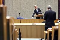 Nederland. Den Haag, 26 oktober 2010.<br /> De Tweede Kamer debatteert over de regeringsverklaring van het kabinet Rutte.<br /> PVV leider Geert Wilders luistert vanachter het spreekgestoelte naar de oppositie, PvdA leider Job Cohen.<br /> Kabinet Rutte, regeringsverklaring, tweede kamer, politiek, democratie. regeerakkoord, gedoogsteun, minderheidskabinet, eerste kabinet Rutte, Rutte1, Rutte I, debat, parlement<br /> Foto Martijn Beekman