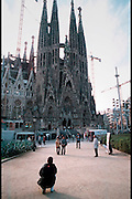 Spanje, Barcelona, 10-1-2004..Sagrada Familia, Gaudi, oostelijke gevel met toeristen. kerk, architectuur, bezienswaardigheid, toerisme, stedentrip, vakantie...Foto: Flip Franssen
