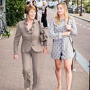 NLD/Amsterdam/20170823 - Premiere Grootste Zwanenmeer ter wereld, Mies Bouwman en kleindochter Fanny