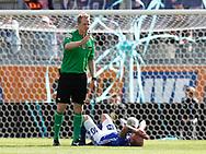 0FODBOLD: Dommer Peter Munch Larsen kalder på hjælp til en skadet Mikkel Rygaard (Lyngby BK) under kampen i ALKA Superligaen mellem Lyngby Boldklub og FC Helsingør den 10. september 2017 på Lyngby Stadion. Foto: Claus Birch