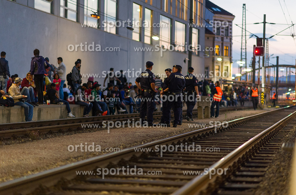 13.09.2015, Westbahnhof, Wien, AUT, Flüchtlinge in Österreich, Der Zugverkehr zwischen Österreich und Deutschland wurde heute um 17:00 Uhr für zwölf Stunden gestoppt. im Bild Flüchtlinge warten an den Bahnsteigen // railway service between Austria and Germany has stopped for 12 hours at Westnbahnhof in Vienna on 2015/09/05, EXPA Pictures © 2015, PhotoCredit: EXPA/ Michael Gruber