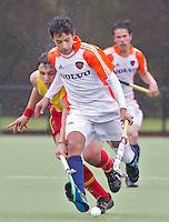 AERDENHOUT - 09-04-2012 - Robin den Boer (r) in duel met Pol Parrilla Suarez, maandag tijdens de finale tussen Nederland Jongens B en Spanje Jongens B  (3-1) , tijdens het Volvo 4-Nations Tournament op de velden van Rood-Wit in Aerdenhout. Jongens U16 wordt kampioen.FOTO KOEN SUYK