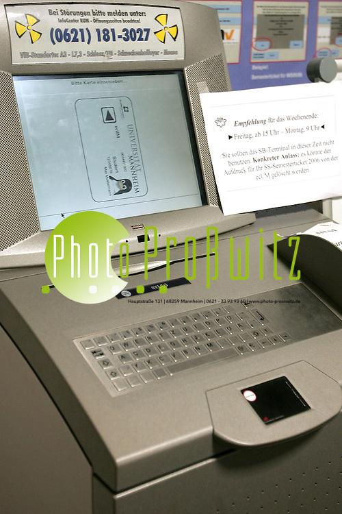 Mannheim. Universit&auml;t. UNI. Ecum-Automat. Kartenautomat f&uuml;r die Studierendenkarte ECum.<br /> <br /> Bild: Markus Pro&szlig;witz<br /> ++++ Archivbilder und weitere Motive finden Sie auch in unserem OnlineArchiv. www.masterpress.org ++++