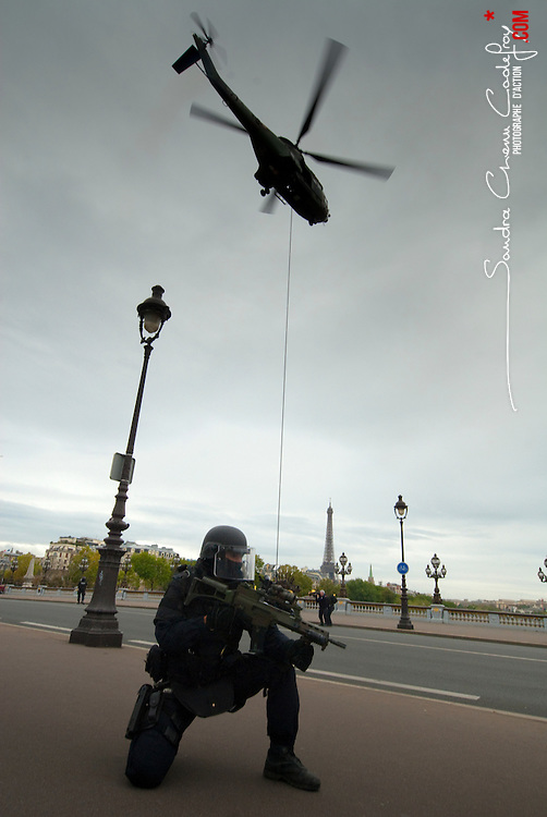 GIGN/GROUPE D'INTERVENTION DE LA GENDARMERIE NATIONALE<br /> [EN] Hostage rescue display at the Alexander III bridge during the 2009 days of homeland security in Paris (France) GIGN-soldier and his G36 protecting a Puma in front of the Eiffel Tower<br /> [FR] D&eacute;monstration de lib&eacute;ration d'otages sur le pont Alexandre III durant les Journ&eacute;es de la S&eacute;curit&eacute; Int&eacute;rieure 2009 &agrave; Paris (France)