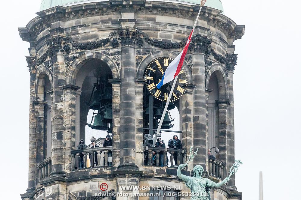NLD/Amsterdam/20170504 - Nationale Herdenking 2017, toren paleis op de Dam met de Nederlandse vlag