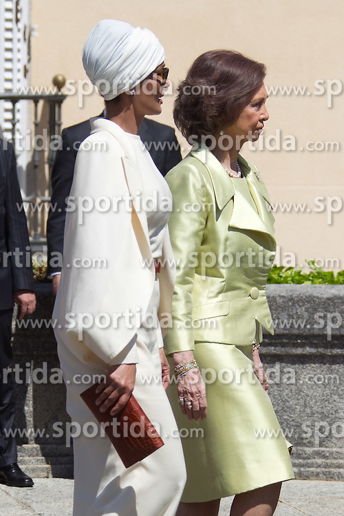 25.04.2011, El Pardo Palace, ESP, Königsbesuch im Bild King Juan Carlos and Queen Sofia recieve Emir of Qatar Cheikh Hamad Bin Khalifa Al Thani,  and wife Sheikha Mozah bint Nasser AlMissned, at El Pardo Palace, on April 25th 2011, EXPA Pictures © 2011, PhotoCredit: EXPA/ Alterphotos/ Cesar Cebolla / ALFAQUI