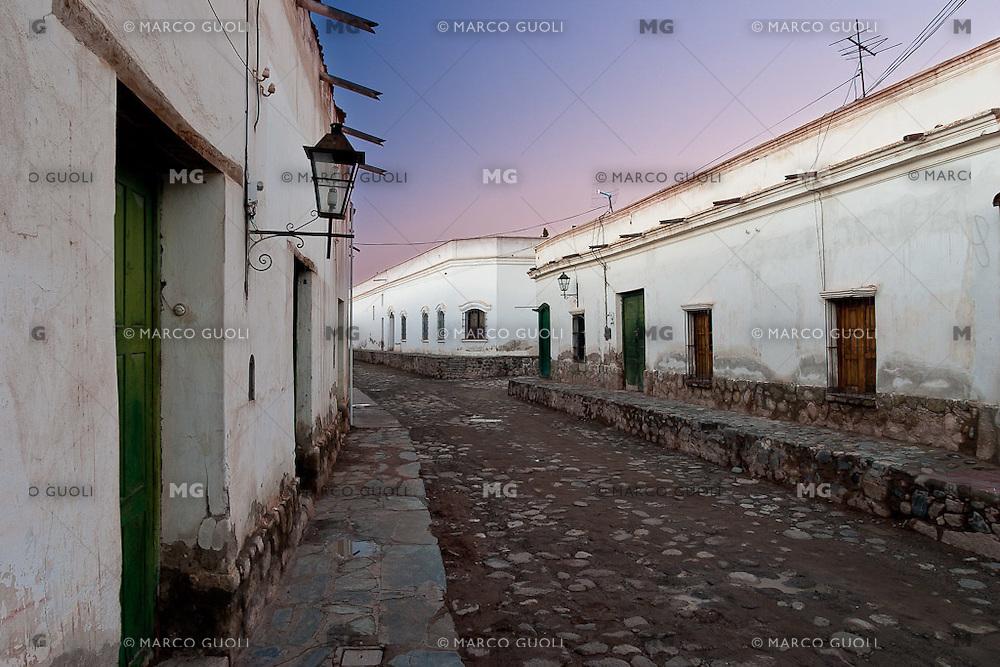 CACHI, EDIFICIOS TIPICOS EN CALLE DEL CASCO HISTORICO, VALLES CALCHAQUIES, PROV. DE SALTA, ARGENTINA