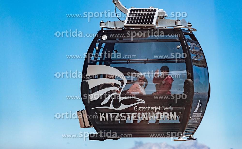 THEMENBILD - Arabische Touristen in einer Gondel. Jedes Jahr besuchen mehrere Tausend Gäste aus dem arabischen Raum die Urlaubsregion im Salzburger Pinzgau, aufgenommen am 08. August 2016 in Zell am See, Österreich // Arabic Tourists in a Cable Car. Every year thousands of guests from Arab countries takes their holiday in Zell am See - Kaprun Region, Zell am See, Austria on 2016/08/08. EXPA Pictures © 2016, PhotoCredit: EXPA/ JFK