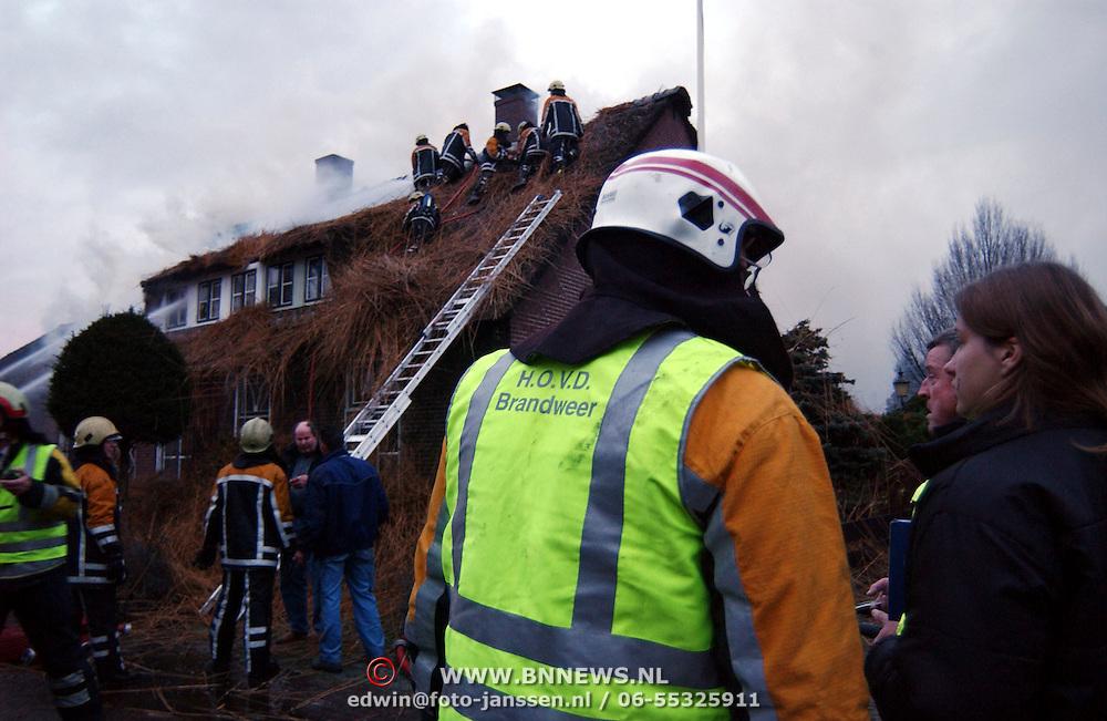 Brand in woning met rieten kap Groene Gerritsweg 17 Laren.rook, overleg, officieren, middelbrand, hovd, hoofd officier van dienst, slachtoffer, bewoners, waterstraal, blussen