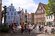 Europe, Germany, North Rhine-Westphalia, Warendorf, houses at the market place in the historic center, bicycle driver.<br /> <br /> Europa, Deutschland, Nordrhein-Westfalen, Warendorf, Haeuser am Marktpatz in der Altstadt, Radfahrer.