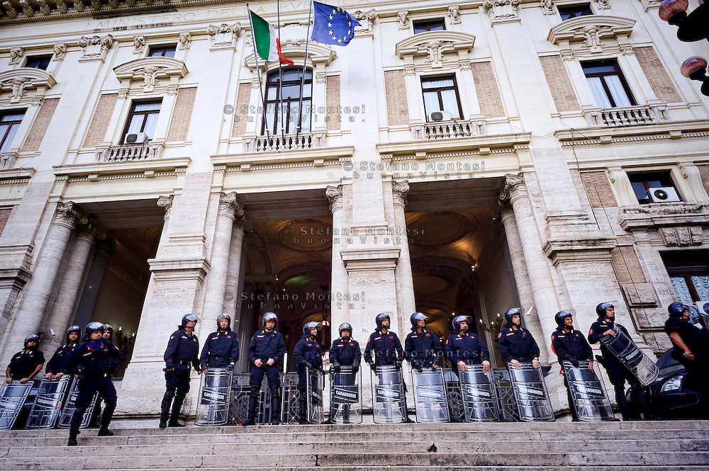 "Roma 2 Ottobre 2015<br /> Centinaia di studenti sono scesi in piazza a Roma per protestare contro la riforma della scuola  ""La buona Scuola"" del Governo Renzi. Carabinieri in tenuta antisommossa davanti al ministero dell'Istruzione<br /> Rome October 2, 2015<br /> Hundreds of students took to the streets in Rome to protest against school reform ""Good School"" built by Italian Prime Minister Matteo Renzi. Anti riots carabinieri take position in front of the Education Minister building in Rome"