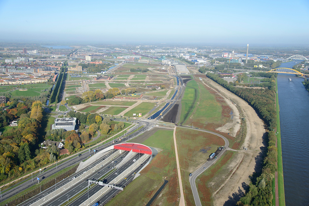 Nederland, Utrecht, Utrecht, 24-10-2013;<br /> Rijksweg A2 en de zuidelijke ingang van de  Leidsche Rijntunnel, een landtunnel die de verkeersoverlast, luchtvervuiling en geluidsoverlast voor Utrecht en de Vinexwijk Leidsche Rijn (l) moet verminderen. Rechts het Amsterdam-Rijnkanaal. Stadsbaan links van de tunnel.<br /> Roadway A2 and the southern entrance to the tunnel Leidsche Rijn, a landtunnel built to decrease the nuisance of traffic noise and air pollution for the city of Utrecht and the suburb Leidsche Rijn (l) . Left the Amsterdam-Rhine Canal.<br /> luchtfoto (toeslag op standaard tarieven);<br /> aerial photo (additional fee required);<br /> copyright foto/photo Siebe Swart.