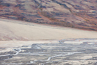 Delta renner gjennom høstfarget fjell i Adventsdalen, Spitsbergen, Svalbard.<br /> <br /> Delta running through autumn colours in Adventsdalen east of Longyearbyen on Spitsbergen, Svalbard, Norway. August.