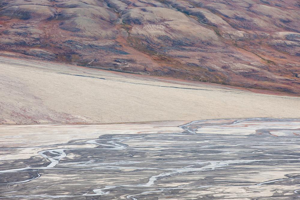Delta renner gjennom h&oslash;stfarget fjell i Adventsdalen, Spitsbergen, Svalbard.<br /> <br /> Delta running through autumn colours in Adventsdalen east of Longyearbyen on Spitsbergen, Svalbard, Norway. August.