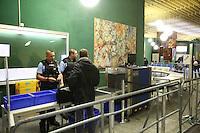 Mannheim. 01.03.17   BILD- ID 111  <br /> Unter hohe Sicherheitsvorkehrungen beginnt heute morgen am Landgericht der Prozess gegen einen 57-j&auml;hrigem Mann aus der T&uuml;rkei. Die Staatsanwaltschaft wirft ihm versuchten Mord vor. Er soll im Juni vergangenen Jahres in der Fahrlachstra&szlig;e f&uuml;nf Sch&uuml;sse auf einen Landsmann abgegeben haben. Die Hinterr&uuml;nde der Tat sind bisher weithin ungekl&auml;rt. Es k&ouml;nnten aber politische Interessen eine Rolle spielen. Der Mann auf den geschossen worden war, tritt bei dem Prozess als Nebenkl&auml;ger auf. Er soll ein Anh&auml;ner des t&uuml;rkischen Ministerpr&auml;sidenten Recep Tayyip Erdoğan sein. Der Angeklagte, so beschreibt es sein Verteidiger Stefan Alleier, geh&ouml;re keiner politischen Gruppierung an, er sei aber am Tattag nach Deutschland gereist, um einen Streit zwischen zerstrittenen Parteien zu schlichten. Geschossen habe sein Mandant erst dann, als er von seinem Gegen&uuml;ber angegriffen worden sei.<br /> Nach der Verlesung der Anklage durch die Staatsanwaltschaft, m&ouml;chte sich der Angeklagte mit einer ausf&uuml;hrlichen Erkl&auml;rung zum Tathergang &auml;u&szlig;ern. Der Beginn des Prozesses ist um 9 Uhr geplant.<br /> Bild: Markus Prosswitz 01MAR17 / masterpress (Bild ist honorarpflichtig - No Model Release!)