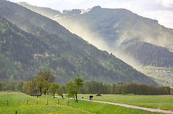 THEMENBILD - eine vom Wind aufgewirbelte Pollenwolke über der Schmittenhöhe. Radfahrer und Freizeitsportler auf einem schmalen Weg im Vordergrund, aufgenommen am 29. April 2018 in Zell am See, Österreich // A cloud of pollen swirled by the wind hangs over the the Schmitten in Zell am See. Cyclists and recreational athletes on a narrow path in the foreground, Austria on 2018/04/29. EXPA Pictures © 2018, PhotoCredit: EXPA/ Stefanie Oberhauser