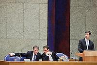 Nederland. Den Haag, 13 januari 2010.<br /> Debat Tweede kamer inzake rapport commissie Davids. In vak K : Bos, Balkenende en Rouvoet<br /> Het kabinet erkent dat met de kennis van nu een beter volkenrechtelijk mandaat nodig was geweest voor de inval in Irak. Dat schrijft premier Balkenende in een brief aan de Tweede Kamer. Daarmee werd gisteren een kabinetscrisis afgewend.<br /> Gisteren nam Balkenende nog afstand van de passage over het mandaat in het rapport van de commissie-Davids.<br /> Foto Martijn Beekman
