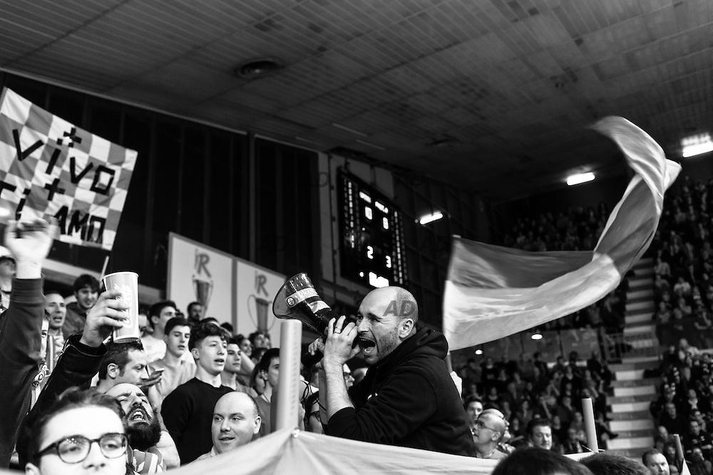 Gli Ultras Arsan, tifosi della Grissin Bon Reggio Emilia.<br /> Caserta &egrave; l&rsquo;unica citt&agrave; del sud a vantare un titolo nella pallacanestro agli inizi degli anni 90, al tempo Phonola Caserta, oggi Pasta Reggia Caserta. Dopo essere praticamente scomparsa alla fine degli anni 90 &egrave; ricomparsa nel 2003 iscrivendosi in serie B e nel 2008 &egrave; tornata in serie A.<br /> Dopo cinque sconfitte consecutive la Pasta Reggio di Caserta vince a Reggio Emilia un incontro intenso e vibrante al termine del tempo supplementare. A 30&rdquo; dalla fine era sotto di tre punti, Prima Putney fa un canestro da 3 punti e poi a 2&rdquo; il nuovo arrivato Diawara segna il punto della vittoria.