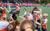 AMSTELVEEN - Eva de Goede (Ned)  en keeper Anne Veenendaal (Ned)  met de mascottes    voor   de Pro League hockeywedstrijd dames, Nederland-Australie (3-1) COPYRIGHT  KOEN SUYK