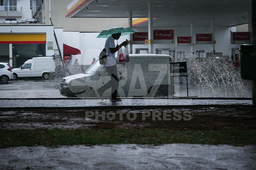 SAO PAULO, SP, 02.02.2015 - CLIMA TEMPO / SAO PAULO -  Pedestres se protegem da chuva na Casa Verde, regiao norte de Sao Paulo,  desta segunda-feira, 02. (Foto: Raphael Castello / Brazil Photo Press).