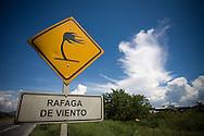 Letrero preventivo de RAFAGA DE VIENTO ubicado en la autopista regional del centro, Edo. Carabobo. 09-10-08 (ivan gonzalez)