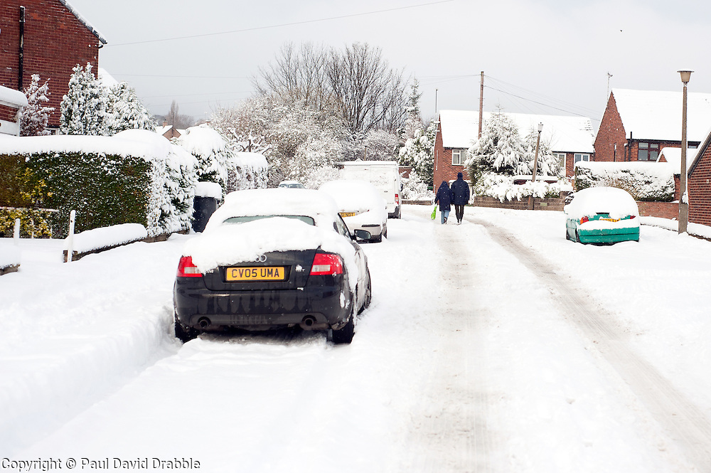 Minster Road Ecclesfield Sheffield, people choose to walk rather than take their cars in the most widespread Snows to hit Britain for 20 years.1st December 2010.Images © Paul David Drabble