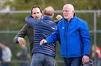 AMSTELVEEN  - Assistent coach Karel Klaver (Hurley) met Coach Simon Organ (Hurley) na  de competitie hoofdklasse hockeywedstrijd tussen Hurley-Qui Vive (3-2).  rechts manager Renze Zwerver. COPYRIGHT KOEN SUYK