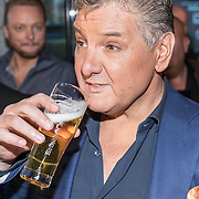 NLD/Amsterdam/20161103 - CD Presentatie Rene Froger, Rene drinkt een biertje