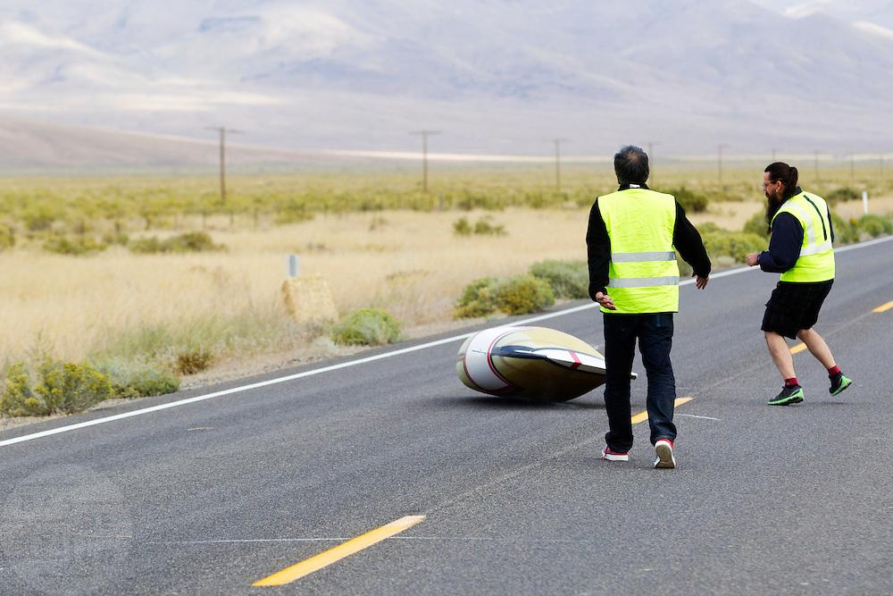 Larry Lam valt bij de start van de kwalificaties op maandagochtend. Het Human Power Team Delft en Amsterdam (HPT), dat bestaat uit studenten van de TU Delft en de VU Amsterdam, is in Amerika om te proberen het record snelfietsen te verbreken. In Battle Mountain (Nevada) wordt ieder jaar de World Human Powered Speed Challenge gehouden. Tijdens deze wedstrijd wordt geprobeerd zo hard mogelijk te fietsen op pure menskracht. Het huidige record staat sinds 2015 op naam van de Canadees Todd Reichert die 139,45 km/h reed. De deelnemers bestaan zowel uit teams van universiteiten als uit hobbyisten. Met de gestroomlijnde fietsen willen ze laten zien wat mogelijk is met menskracht. De speciale ligfietsen kunnen gezien worden als de Formule 1 van het fietsen. De kennis die wordt opgedaan wordt ook gebruikt om duurzaam vervoer verder te ontwikkelen.<br /> <br /> The Human Power Team Delft and Amsterdam, a team by students of the TU Delft and the VU Amsterdam, is in America to set a new world record speed cycling.In Battle Mountain (Nevada) each year the World Human Powered Speed Challenge is held. During this race they try to ride on pure manpower as hard as possible. Since 2015 the Canadian Todd Reichert is record holder with a speed of 136,45 km/h. The participants consist of both teams from universities and from hobbyists. With the sleek bikes they want to show what is possible with human power. The special recumbent bicycles can be seen as the Formula 1 of the bicycle. The knowledge gained is also used to develop sustainable transport.