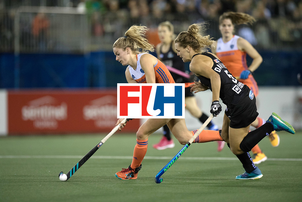 AUCKLAND - Sentinel Hockey World League final women<br /> Match id 10292<br /> 02 NED v NZL (Pool A)<br /> Foto:  Maartje Krekelaar (l) and Frances Davies <br /> WORLDSPORTPICS COPYRIGHT FRANK UIJLENBROEK