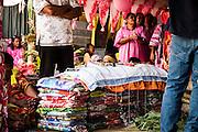 Les monnaies kanak offertes au clan de l'homme sont étendues sur les étoffes pour en évaluer la valeur.   - Mariage Kanak  - Tribu de Méhoué, Canala – Nouvelle Calédonie – Septembre 2013