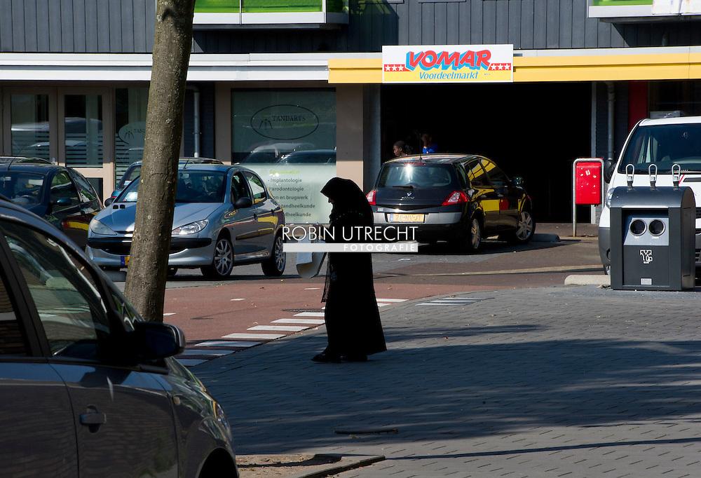 ZAANDAM - tijdens burendag de wijk poelburg extra camera bewaking in de wijk poelenburg , Politie in de wijk Poelenburg in Zaandam waar jongeren voor onrust zorgen door overlast en intimidatie. Straatbeeld uit de wijk Poelenburg in Zaandam waar jongeren voor onrust zorgen door overlast en intimidatie.  COPYRIGHT ROBIN UTRECHT pownews vomar , supermarkt , Jeugdoverlast in Poelenburg<br /> Een rondje door de wijk Poelenburg een politie agent politieagent op straat dienstwapen  samenschoolingsverbod , Politie agent , agenten , bewaken , beveilingen aanslag , voorkomen , dreining , wapen , dienstwapen , survieren