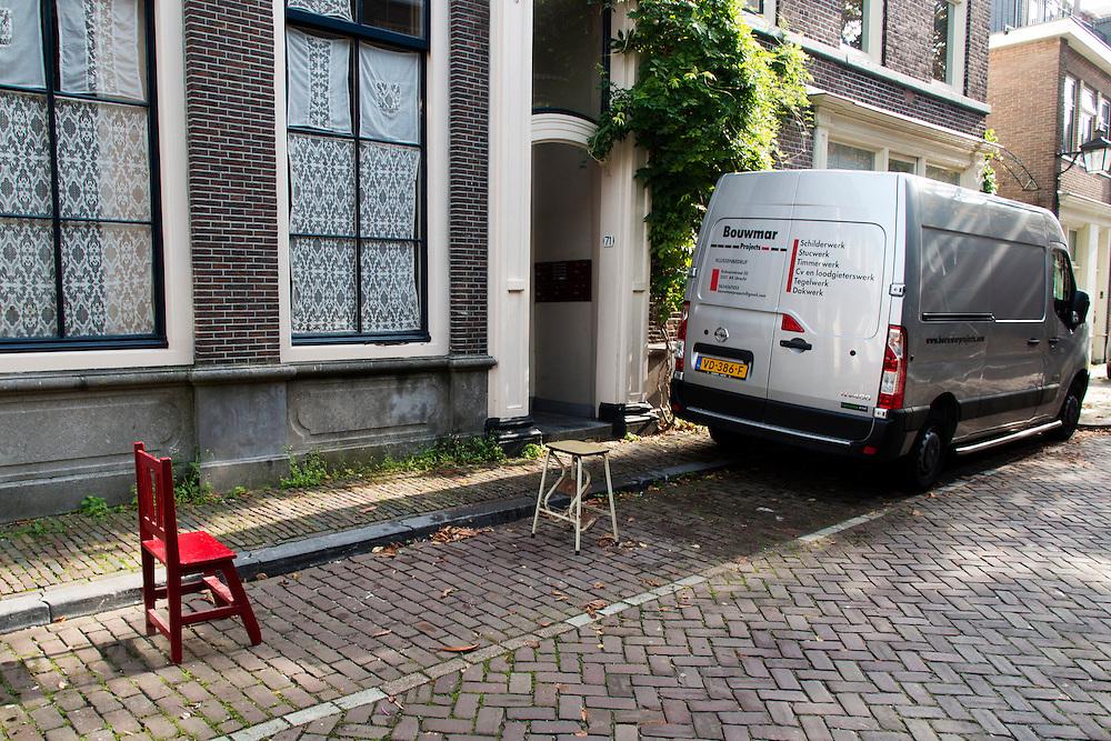 In Utrecht is een parkeerplaats met een stoel en een keukentrapje afgezet om ruimte te houden voor een wagen voor de verbouwing aan de woning.<br /> <br /> In Utrecht is a parking lot with a chair and a stepladder is deposited to keep space for a vehicle for the renovation of the house.