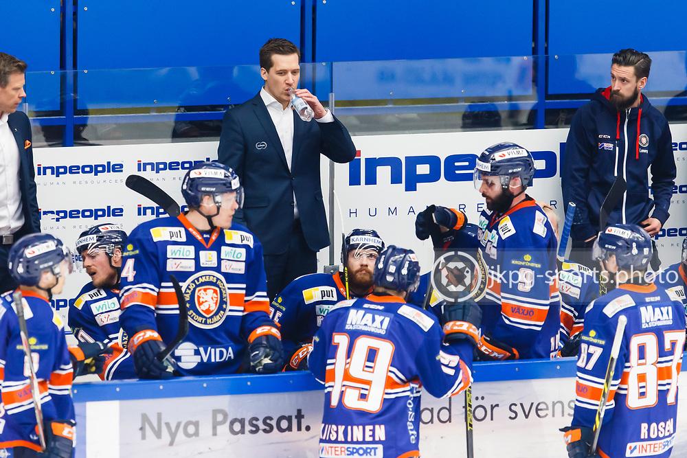 150423 Ishockey, SM-Final, V&auml;xj&ouml; - Skellefte&aring;<br /> Tr&auml;nare, Sam Hallam, V&auml;xj&ouml; Lakers Hockey under timeout.<br /> &copy; Daniel Malmberg/Jkpg sports photo