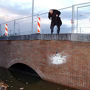 NLD/Huizen/20051216 - Kapot slaan van een fles champagne bij de heropening vernieuwde kadebrug Havenstraat Huizen door wethouder Kolk