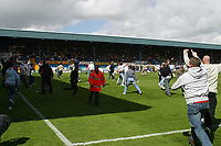 Fotball<br /> England 2004/2005<br /> Foto: SBI/Digitalsport<br /> NORWAY ONLY<br /> <br /> Bury v Swansea City, Gigg Lane Stadium, Bury. <br /> Coca Cola League Two, 07/05/2005. <br /> <br /> Swansea fans envade the pitch after Adrian Forbes scored.