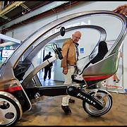 Nederland, Rotterdam, 21-09-2010 Ecomobiel een beurs voor  voor  professionals op het gebied van duurzame mobiliteit. Met auto's die rijden op waterstof,aardgas,bio gas,brandstofcellen,waterstofcellen en vooral veel elektrische fietsen, scooters , personenauto's, bestelwagens . Op de foto een lektrische ligfiets. FOTO: Gerard Til