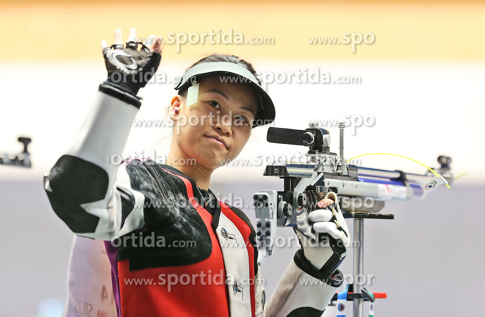 05.09.2015, Olympia Schiessanlage Hochbrueck, Muenchen, GER, ISSF World Cup 2015, Gewehr, Pistole, Damen, 10 Meter Luftgewehr, im Bild Siling Yi (CHN) winkend, lachend // during the women's 10M air rifle competition of the 2015 ISSF World Cup at the Olympia Schiessanlage Hochbrueck in Muenchen, Germany on 2015/09/05. EXPA Pictures &copy; 2015, PhotoCredit: EXPA/ Eibner-Pressefoto/ Wuest<br /> <br /> *****ATTENTION - OUT of GER*****
