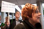 CDA voorzitter Ruth Peetoom staat de pers te woord, terwijl een man aandacht vraag voor Mauro. In Utrecht houdt het CDA haar partijcongres. Het congres staat voor een groot deel in het teken van de uitzetting van Mauro. <br /> <br /> CDA (christian democrats) chairman Ruth Peetoom is arriving at the party congress in Utrecht.