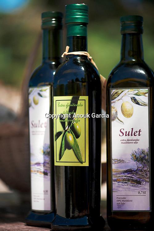 Each Island have is specificity. In Solta  bee-keeping and  olive oil are famous.  | Chaque île à sa spécialité. Solta celle de l'apiculture et de l'huile d'olive.