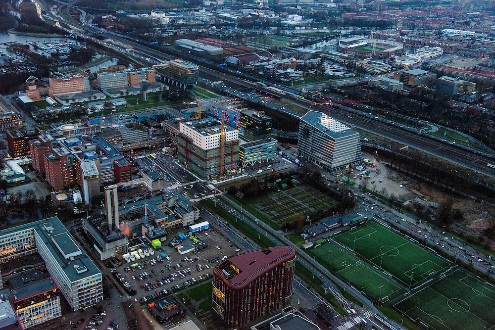 Nederland, Noord-Holland, Amsterdam, 16-01-2014; Zuidas in de avondschemering. De Boelelaan met Vrije Universiteit en VU Medisch Centrum.<br /> Zuid-as, 'South axis', financial center in the South of Amsterdam at twilight with VU University and VU Medical Centre.<br />  luchtfoto (toeslag op standaard tarieven);<br /> aerial photo (additional fee required);<br /> copyright foto/photo Siebe Swart.