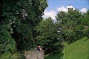 Nederland, Nijmegen, 11-6-2016Twee jongens, jongeren, zitten op de oude muur van het valkhof, valkhofpark . Het is een stadspark met de resten van de burcht, palz, van Karel de Grote .Foto: Flip Franssen